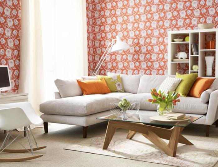 gemütliches-Wohnzimmer-vintage-Tapeten-orange-Grundfarbe-weiße-florale-Motive
