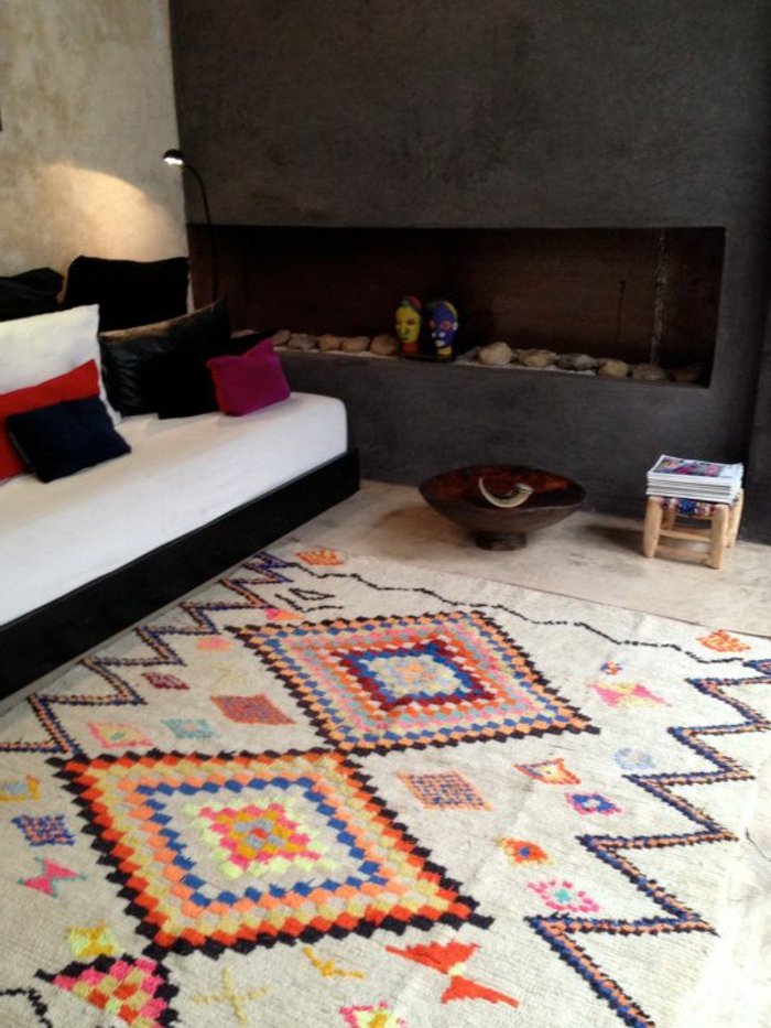 gemütliches-Wohnzimmer-weißes-Sofa-farbige-Kissen-bunter-Teppich
