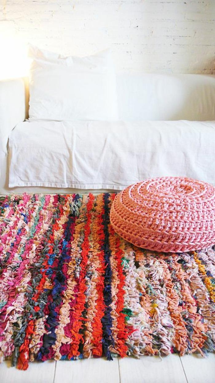 gemütliches-Zimmer-Bett-weiße-Bettwäschen-Crochet-Hocker-handgemachter-Teppich-bunte-Streifen