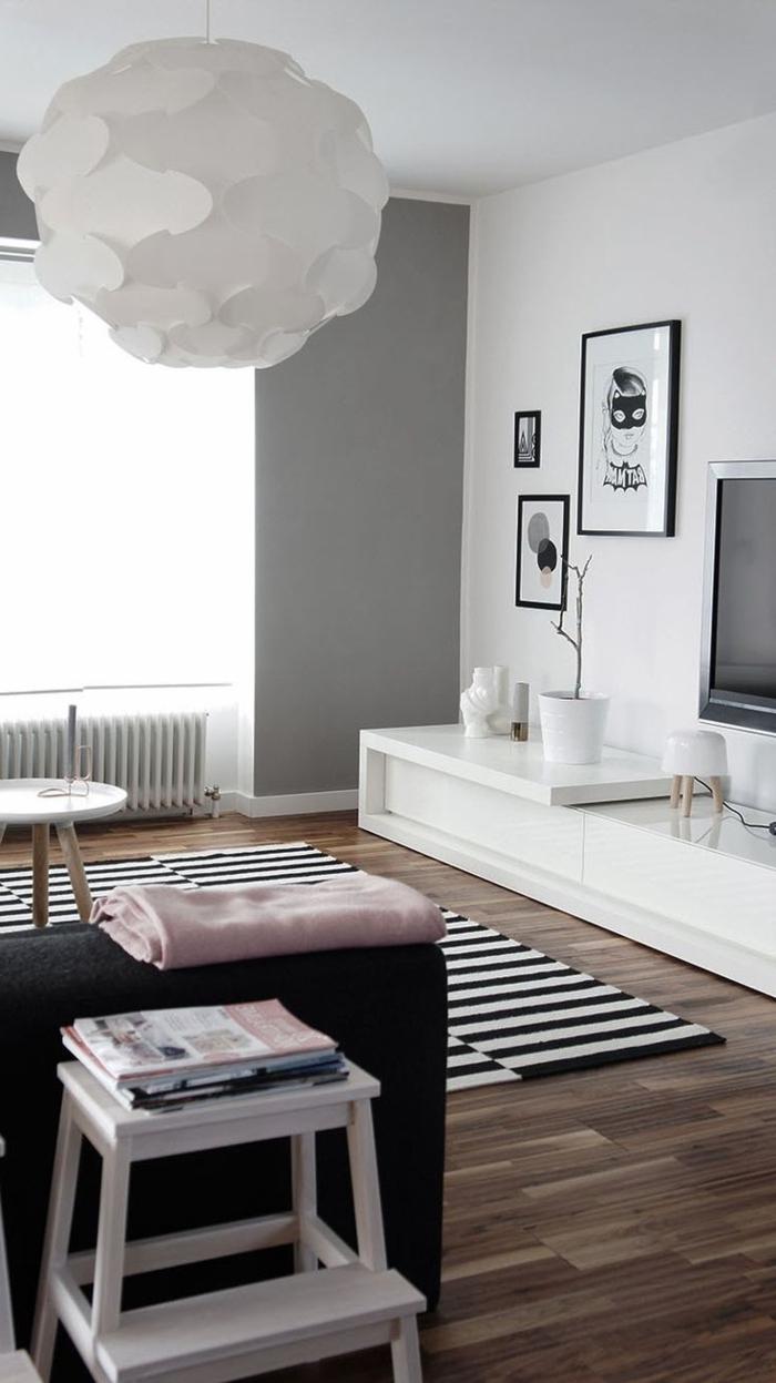 gemütliches-schwarz-weißes-Interieur-Lampe-mit-interessantem-Design