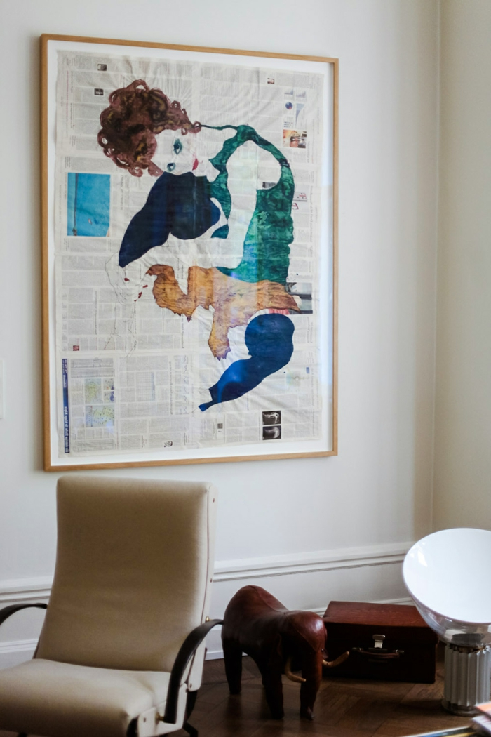 Wandbilder XXL, gemaltes Bild von einer Person auf Zeitungen mit Farbe, Bilder mir Rahmen, Sessel in beige