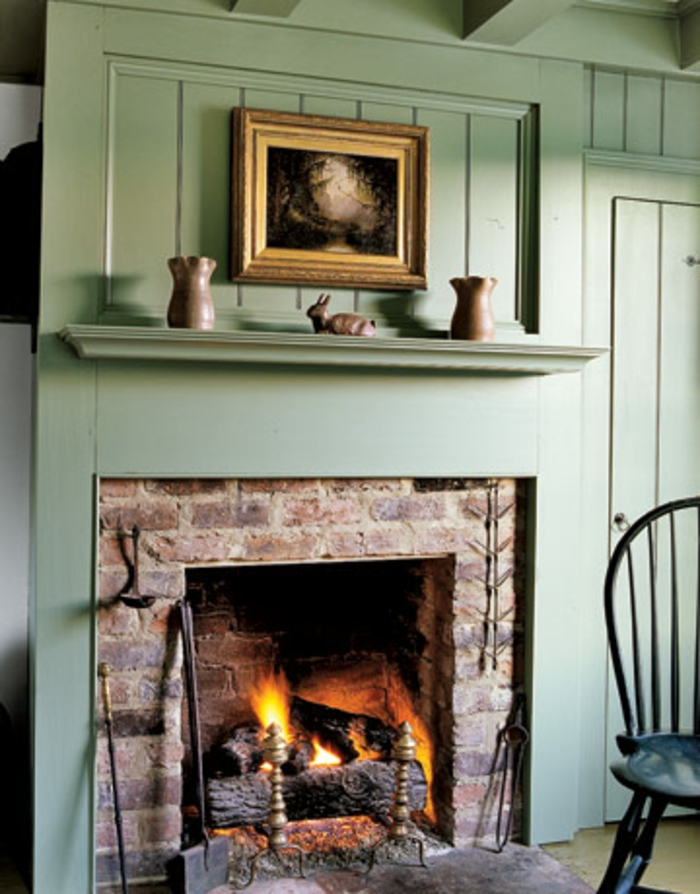 gemauerter-kamin-grüne-gestaltung-artistisches-interieur
