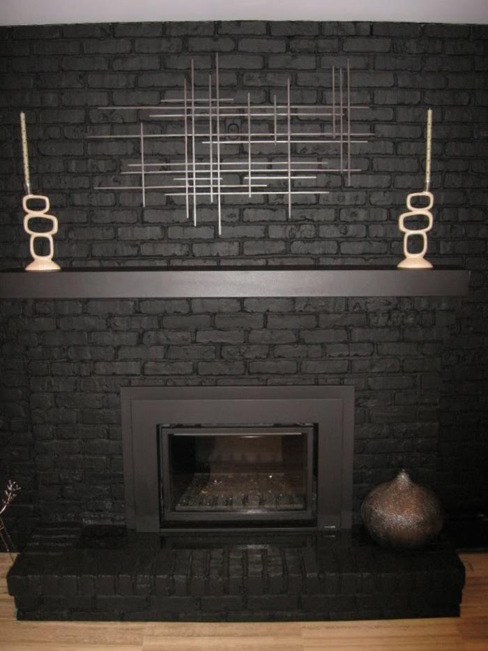 gemauerter-kamin-schwarze-ausstattung-modernes-aussehen