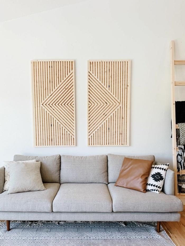 Moderne Bilder in geometrischer Form aus Holz, modisches Kunstwerk, Couch in grau mit Kissen in braun und schwarz weiß