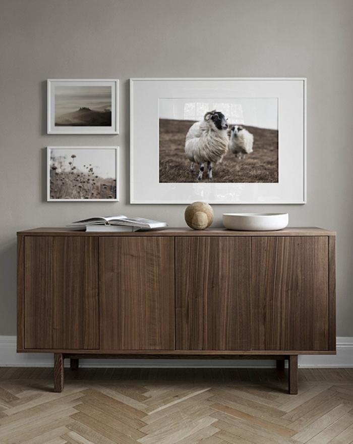 Große Kommode aus Holz, großes Foto von Ziegen, zwei kleine Fotos mit Naturmotiven, Gerahmte Bilder für Wohnzimmer,