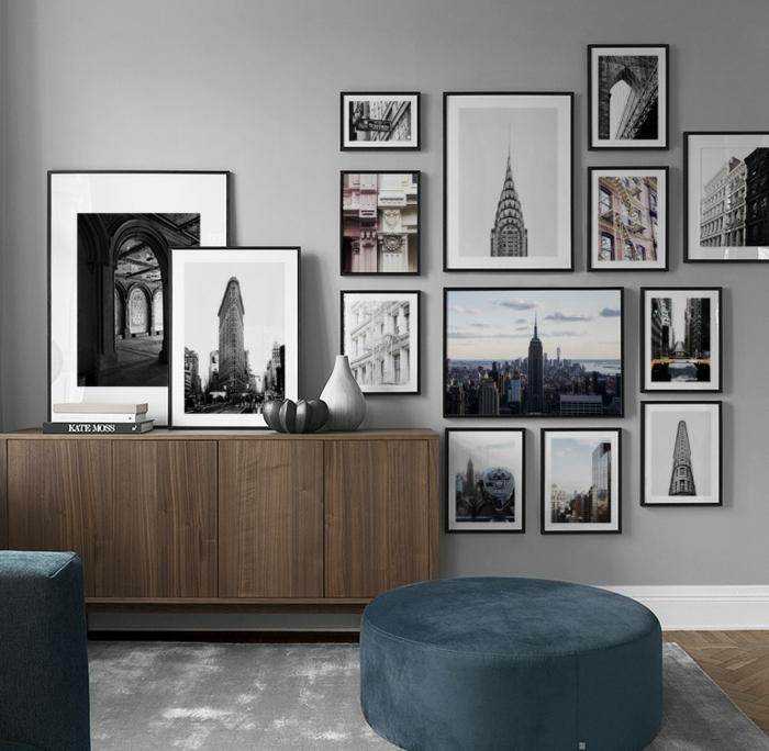 Schwarz weiße Fotografien von New York, Kommode aus Holz, Bilder mit Rahmen, Hocker in blau und Teppich in grau