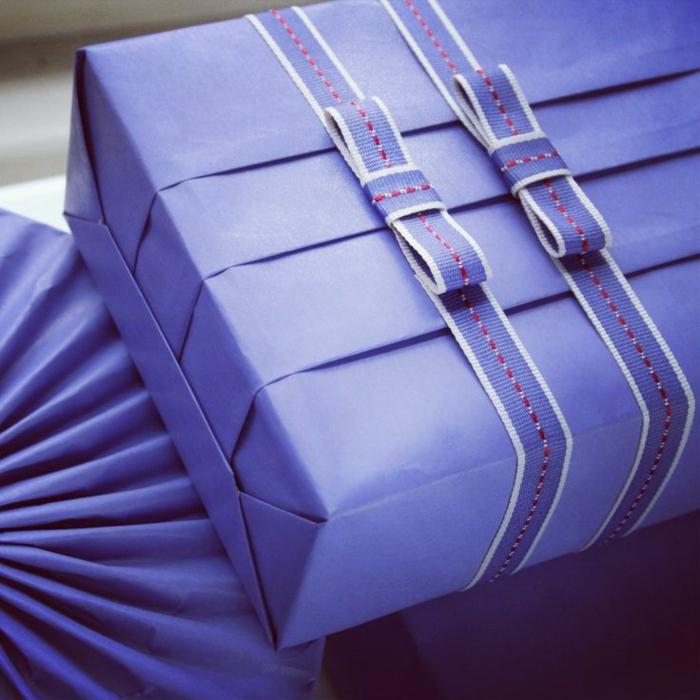 romantische-geschenke-verpacken-lila-Papier-Bänder