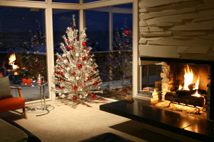 geschmückte-weihnachtsbäume-gemütliches-wohnzimmer