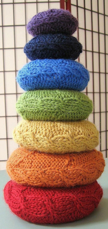 gestrickte-Kissen-Kolonne-verschiedene-Farben-handgemachte-Modelle