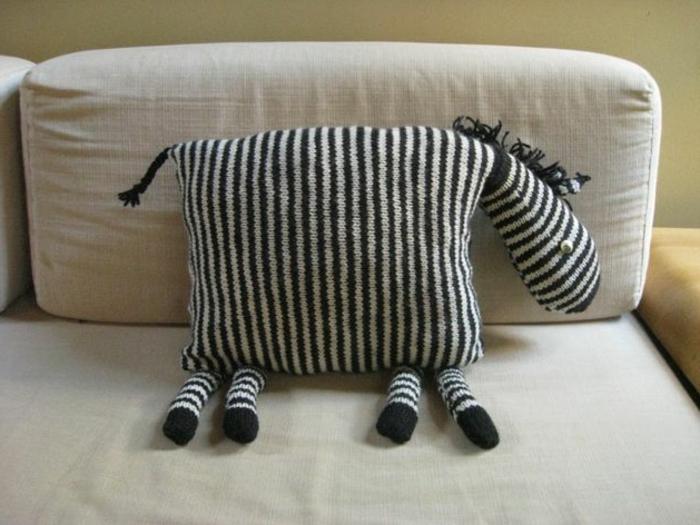 gestrickte-Kissen-Zebra-Gestalt-kreative-Idee