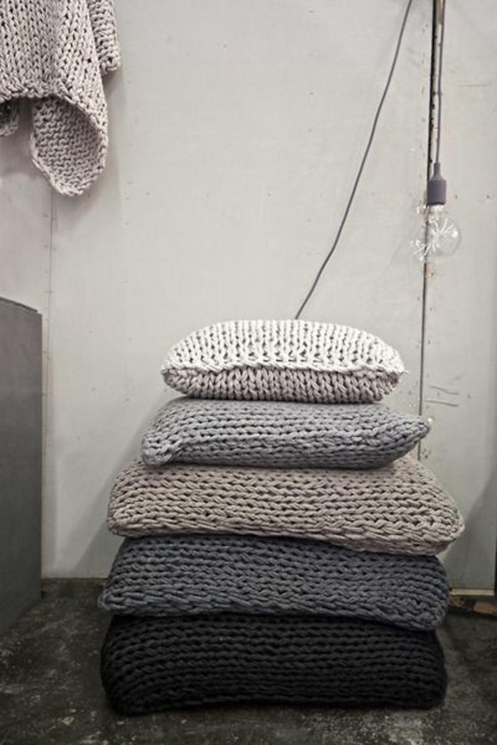 gestrickte-Kissen-graue-blaue-Nuancen-verschiedene-Größen