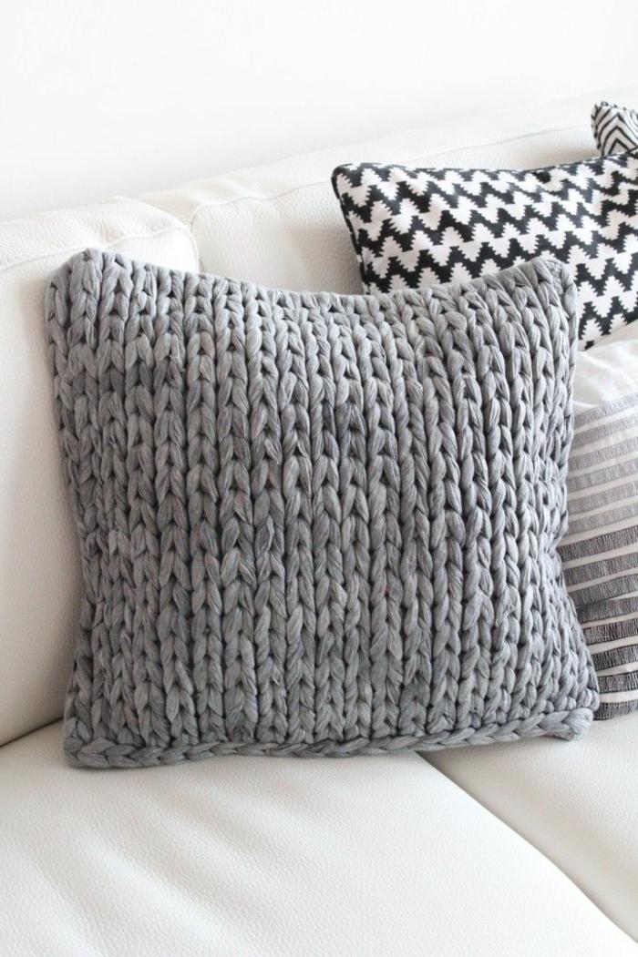gestrickte-Kissen-schöne-Muster-schwarz-weißes-Kissen-graue-Modelle