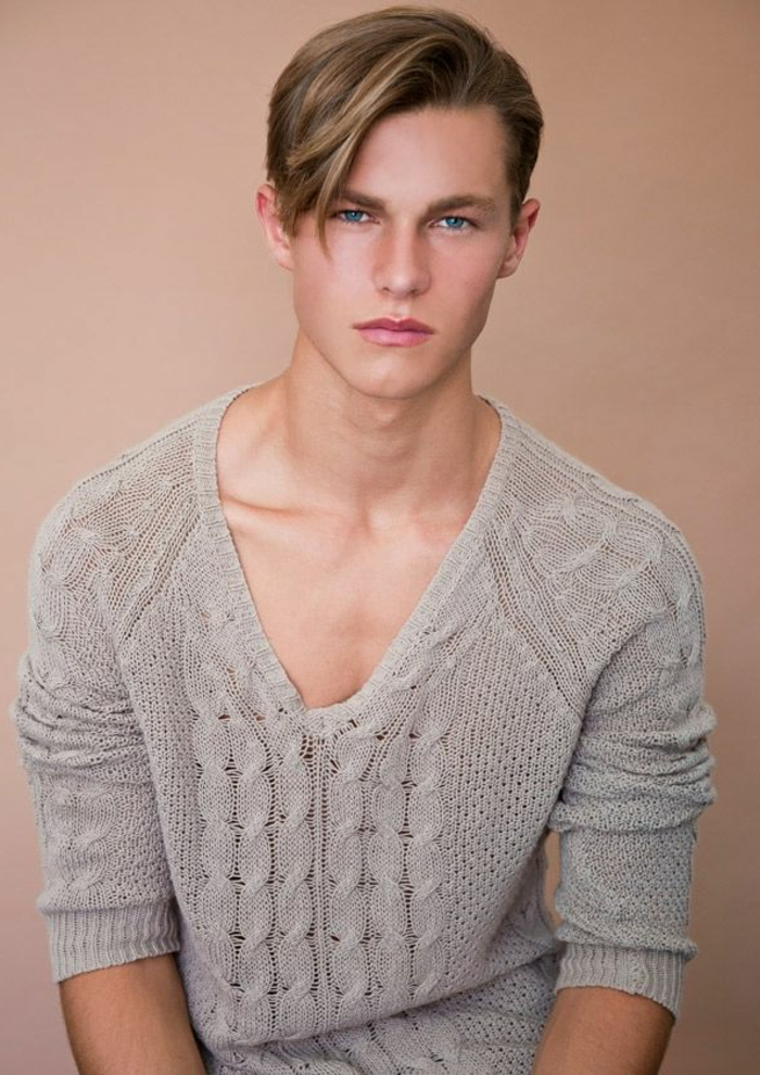 gestrickter-Pullover-Herren-beige-Farbe-delikates-Modell