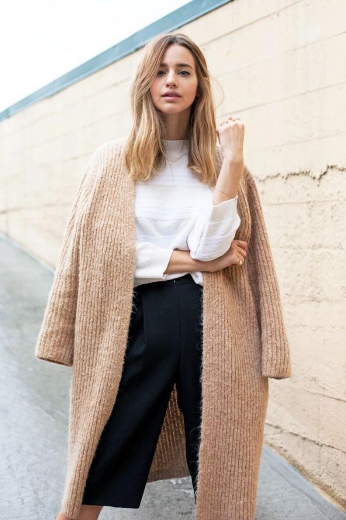 gestrickter-mantel-Karamell-Farbe-weiße-Bluse-breite-schwarze-Hosen-extravaganter-Look
