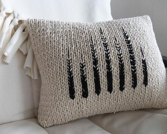 gestricktes-Kissen-beige-interessante-schwarze-Dekoration