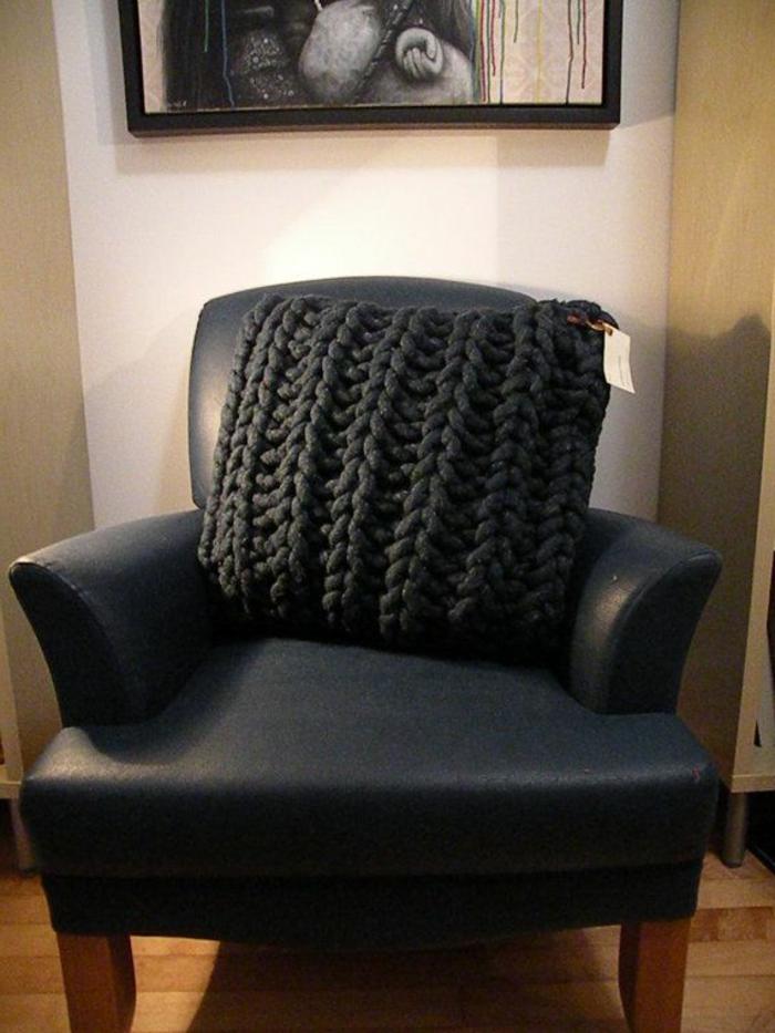 gestricktes-Kissen-schwarz-elegantes-Modell-auf-schwarzem-Sessel