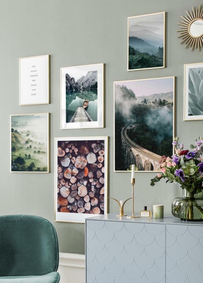 Blumen in große Vase, Aufgehängte Bilder und Fotografien auf grüne Wand, Stuhl in grün, bilder mit Rahmen