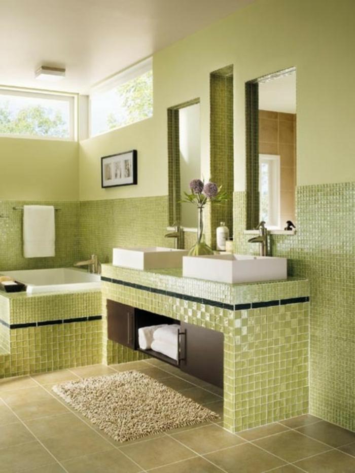 grünes-Badezimmer-Interieur-glänzende-Fliesen-Mosaik