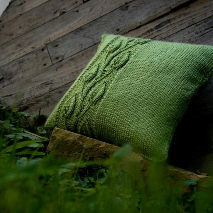 grünes-handgemachtes-gestricktes-Kissen-Dekoration-schöner-stricken