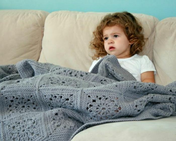 grau-Decken-häkeln-für-klein-kind-auf-der-couch-resized