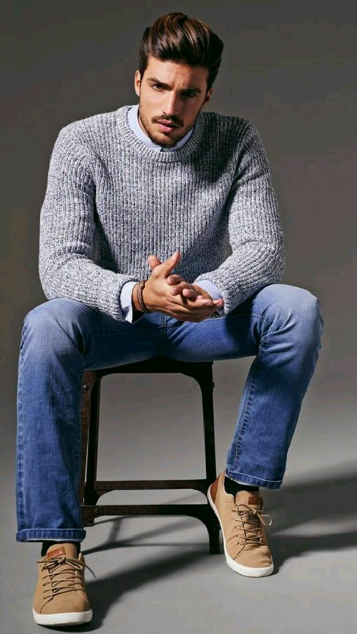grauer-gestrickter-Herren-Pullover-Jeans