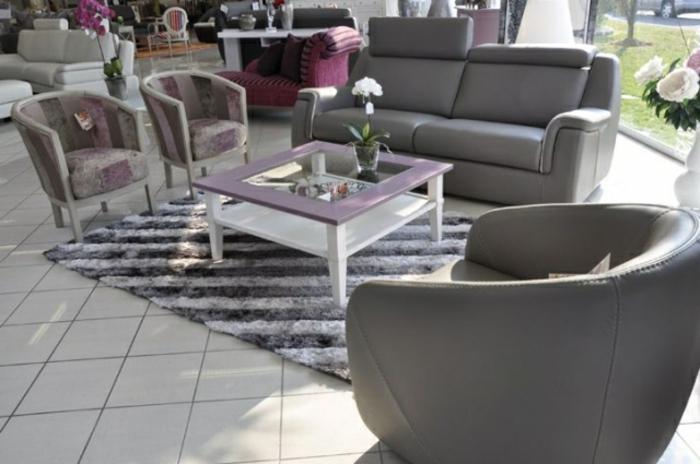 grauer-ledersessel-zwei-Barock-Sessel-elegantes-Muster-Kaffeetisch