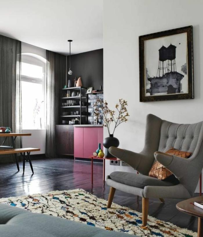 graues-Interieur-Akzent-rosa-Unterschränke-schöner-flaumiger-Teppich