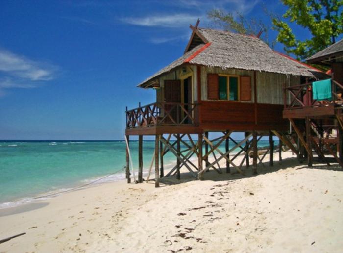 häuser-am-strand-ein-wunderschönes-kleines-gebäude-über-dem-sand