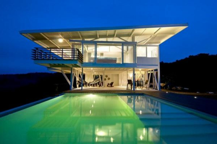 häuser-am-strand-grün-beleuchteter-pool