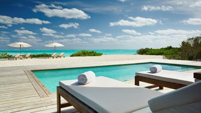 häuser-am-strand-schöne-weiße-liegestühle
