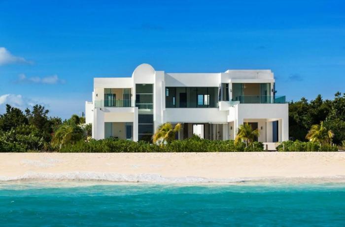 häuser-am-strand-schönes-meer-und-schöne-architektur
