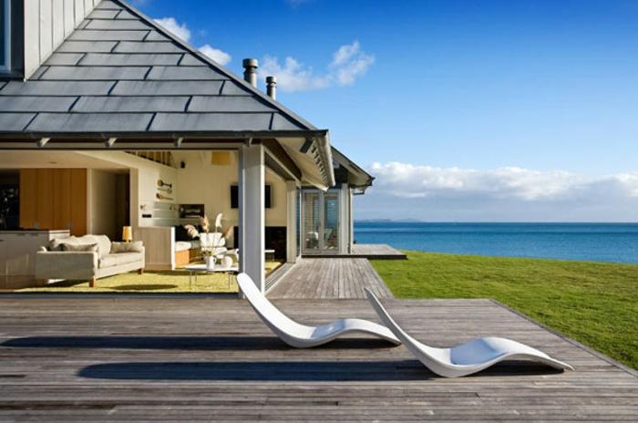 häuser-am-strand-sehr-schöne-liegestühle-neben-dem-pool