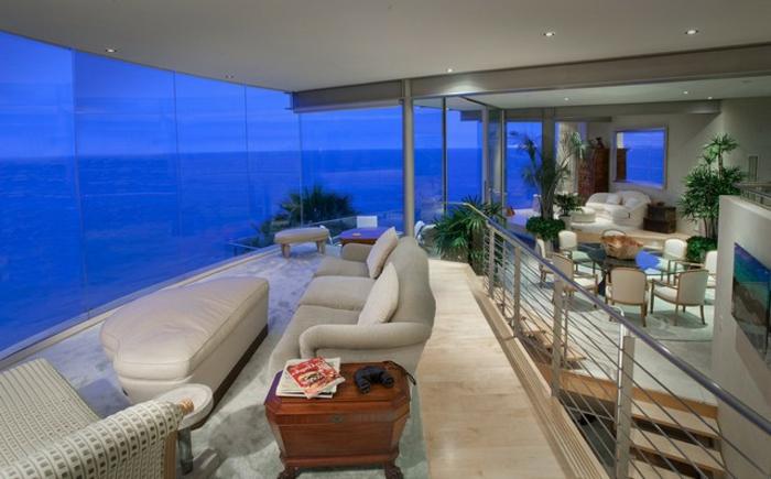 häuser-am-strand-viele-moderne-möbelstücke