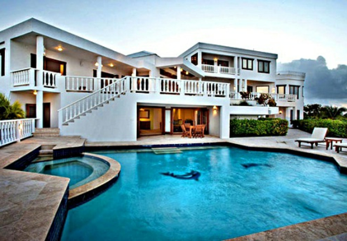häuser-am-strand-weißes-gebäude-und-schöner-pool