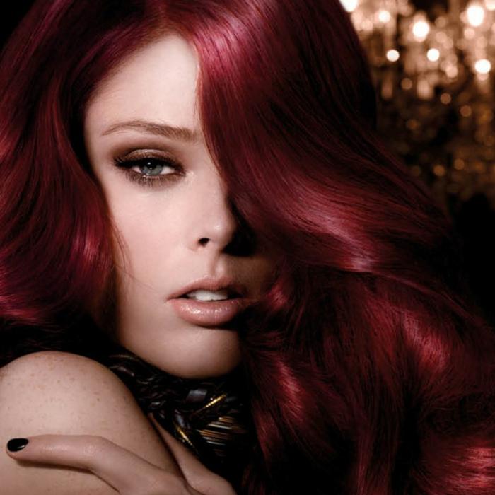 haarfarbe-rot-dunkle-gestaltung-schöne-haut