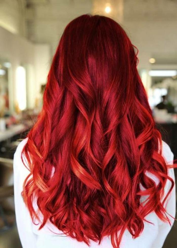 haarfarbe-rot-super-grelle-tönung-foto-von-hinten-genommen