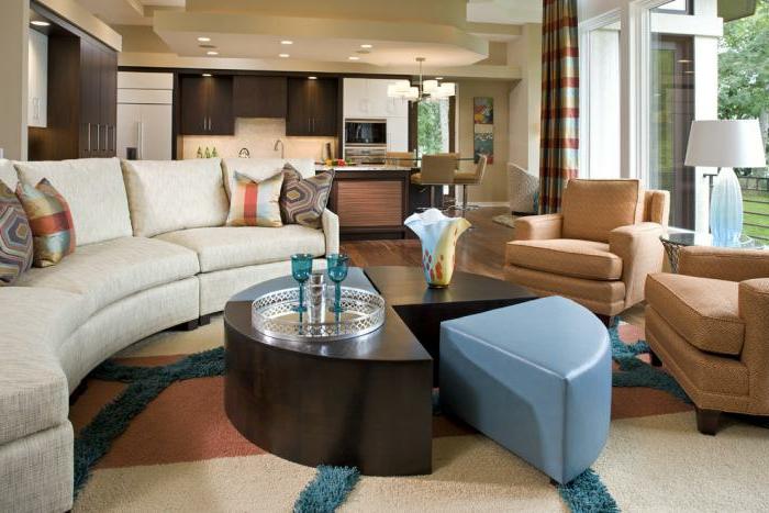 halbrundes-Sofa-Creme-Farbe-Sessel-blauer-Hocker-Leder-elegantes-Interieur