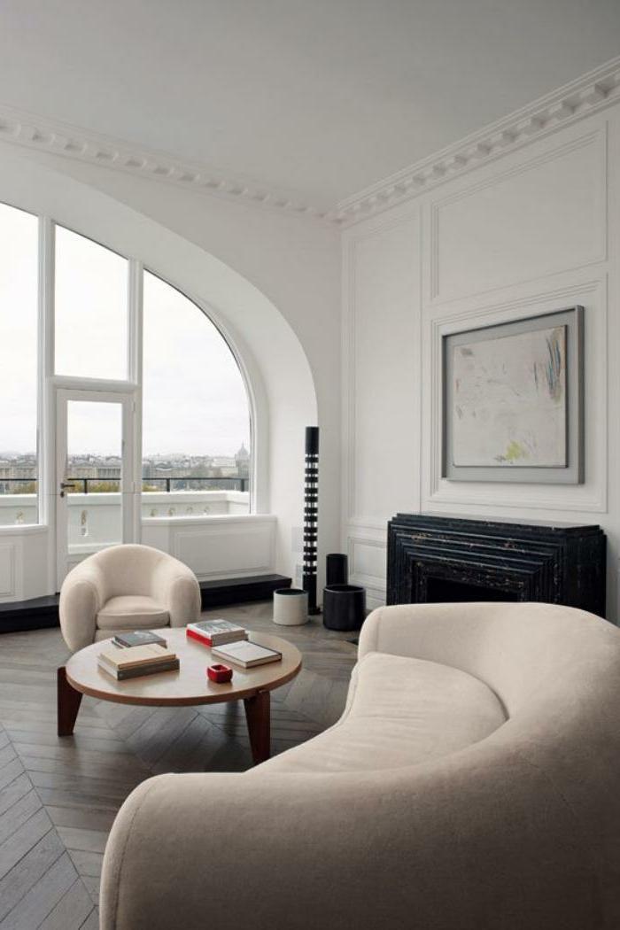 halbrundes-Sofa-beige-Farbe-Sessel-minimalistische-Einrichtung