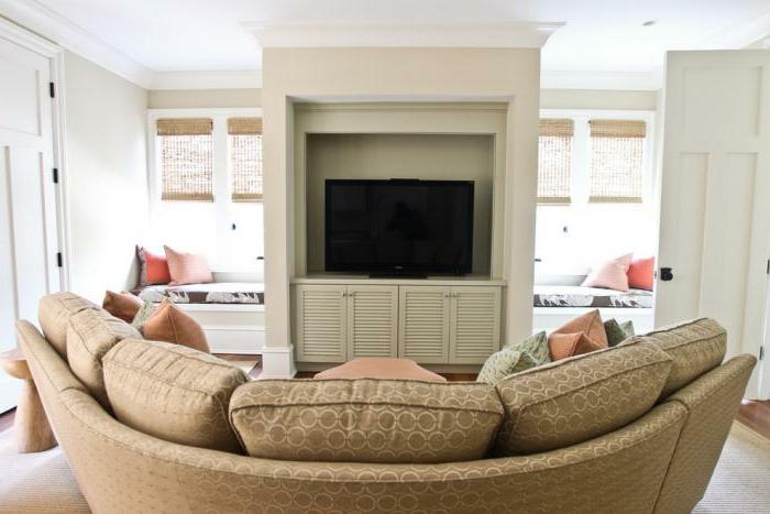 halbrundes-Sofa-beige-Fernsehsofa-Fernseher-gemütliches-Wohnzimmer-Interieur