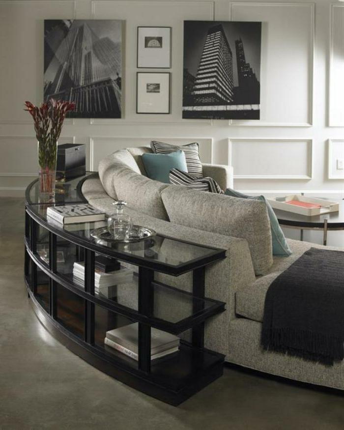 halbrundes-Sofa-graue-Farbe-viele-Kissen-schlichtes-Interieur