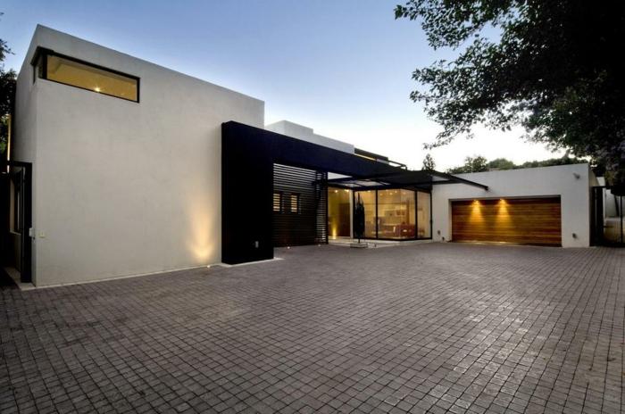 haus-mit-flachdach-weiße-fassade-interessanter-bauhausstil-architektur