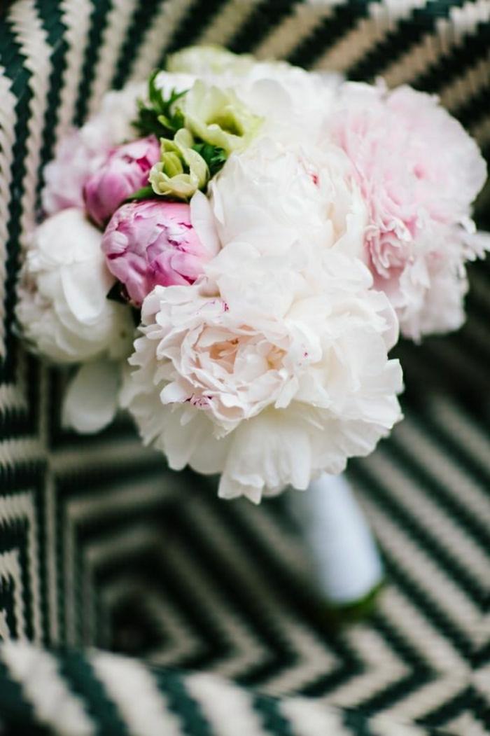 Brautstrauß-herrliche-Zusammensetzung-von-weißen-und-rosa-Pfingstrosen