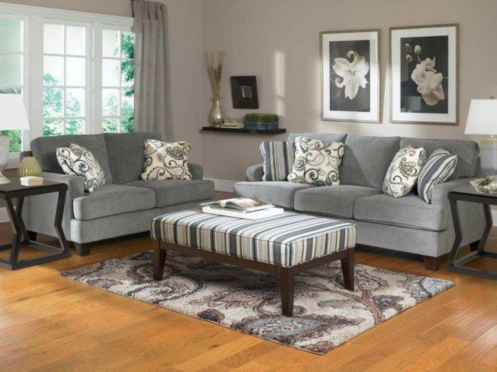 herrliche-wandbilder-weiße-Blumen-graues-Wohnzimmer-Interieur