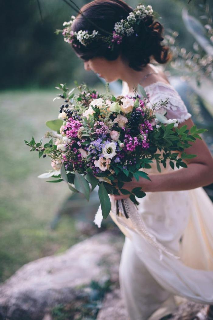 hochzeitsstrauß-Frühlingsblumen-lila-Nuancen-frische-Idee-Kranz