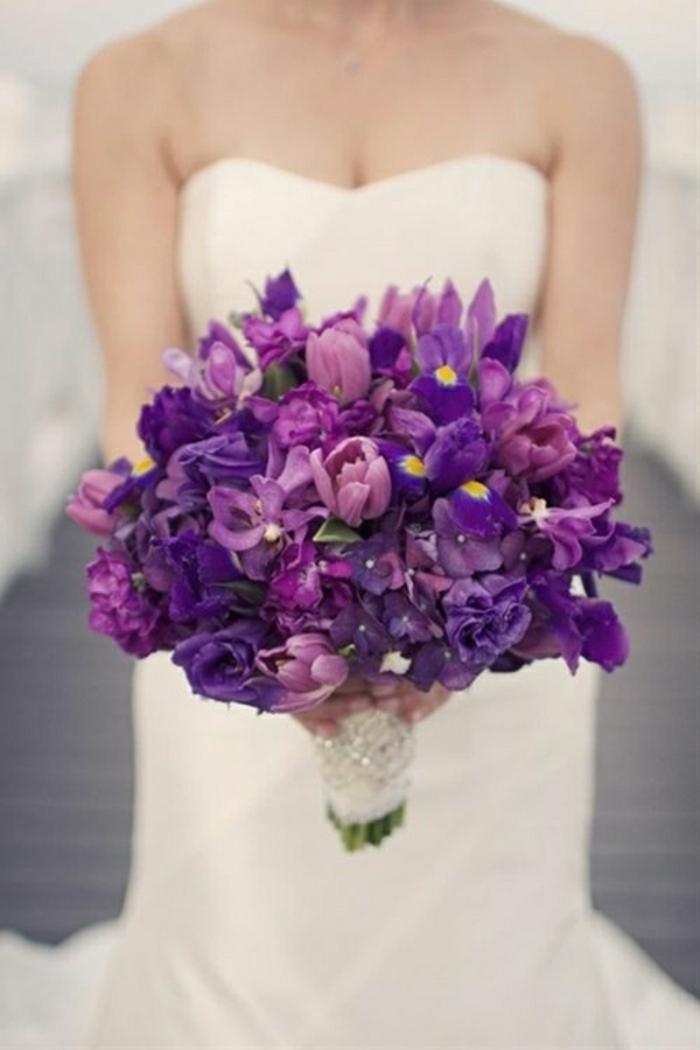 hochzeitsstrauß-aus-lila-Blumen-Tulpen