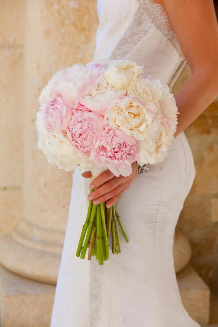 hochzeitsstrauß-mit-naturalem-Aussehen-Pfingstrosen-rosa-creme-farbe