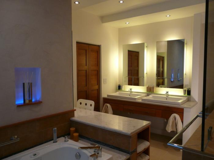 interessante-gestaltung-badezimmerspiegel-warmes-ambiente