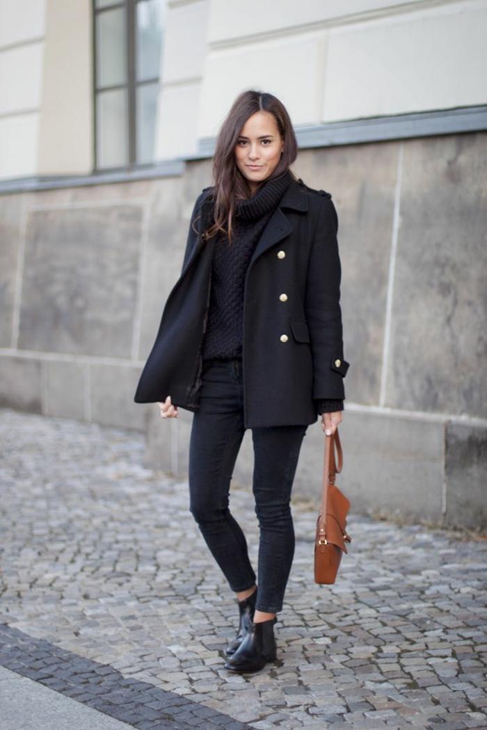 jungenhafte-Kleidung-militärisches-Modell-Wintermantel-Pullover-Rollkragen-Jeans-braune-Tasche