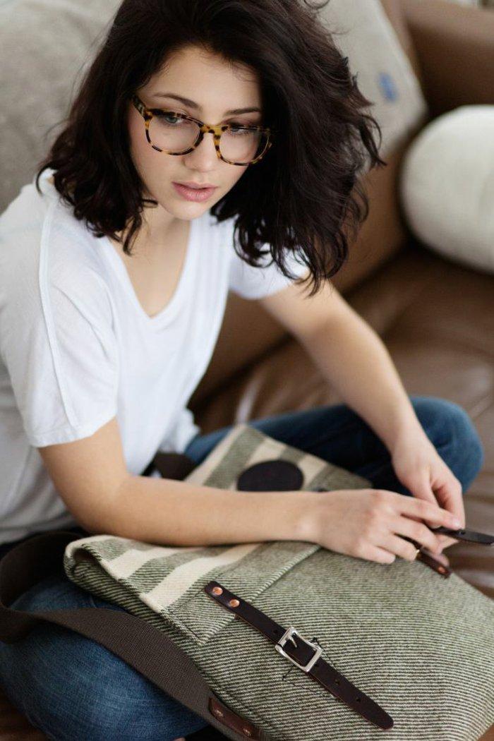 junges-Mädchen-hornbrille-Hipster-Mode