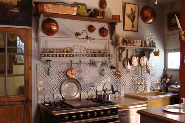 küche-landhausstil-Geschirr-vintage-Elemente